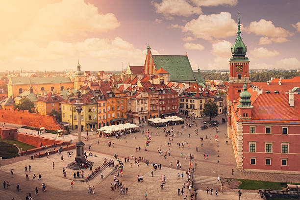 castle square in warsaw old town - pologne photos et images de collection