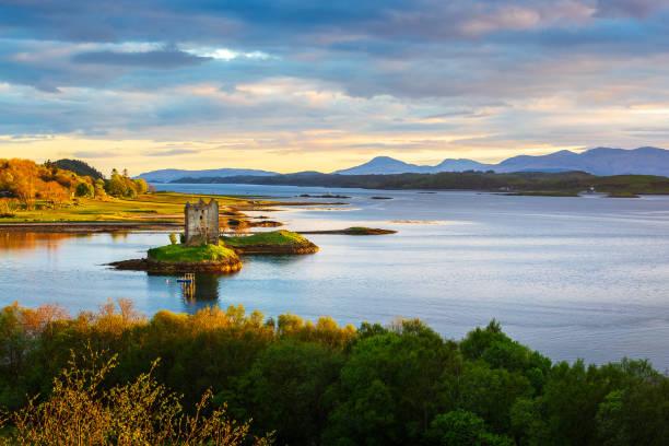 castle stalker - schottische kultur stock-fotos und bilder