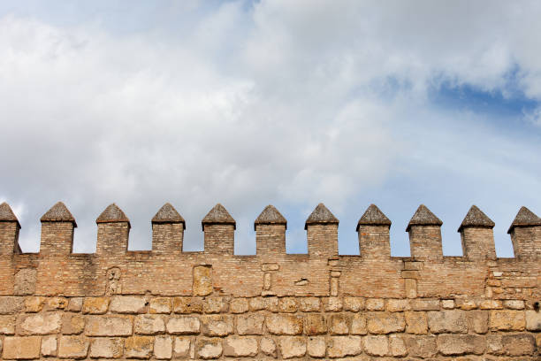 kasteel muur battlement achtergrond - versterkte muur stockfoto's en -beelden