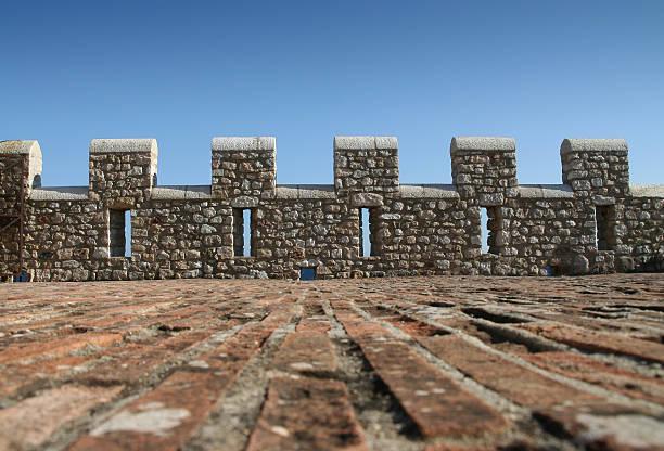 castle wall - versterkte muur stockfoto's en -beelden
