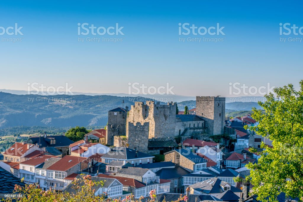 Castro Caldelas village and castle - Royalty-free Arcade Stock Photo