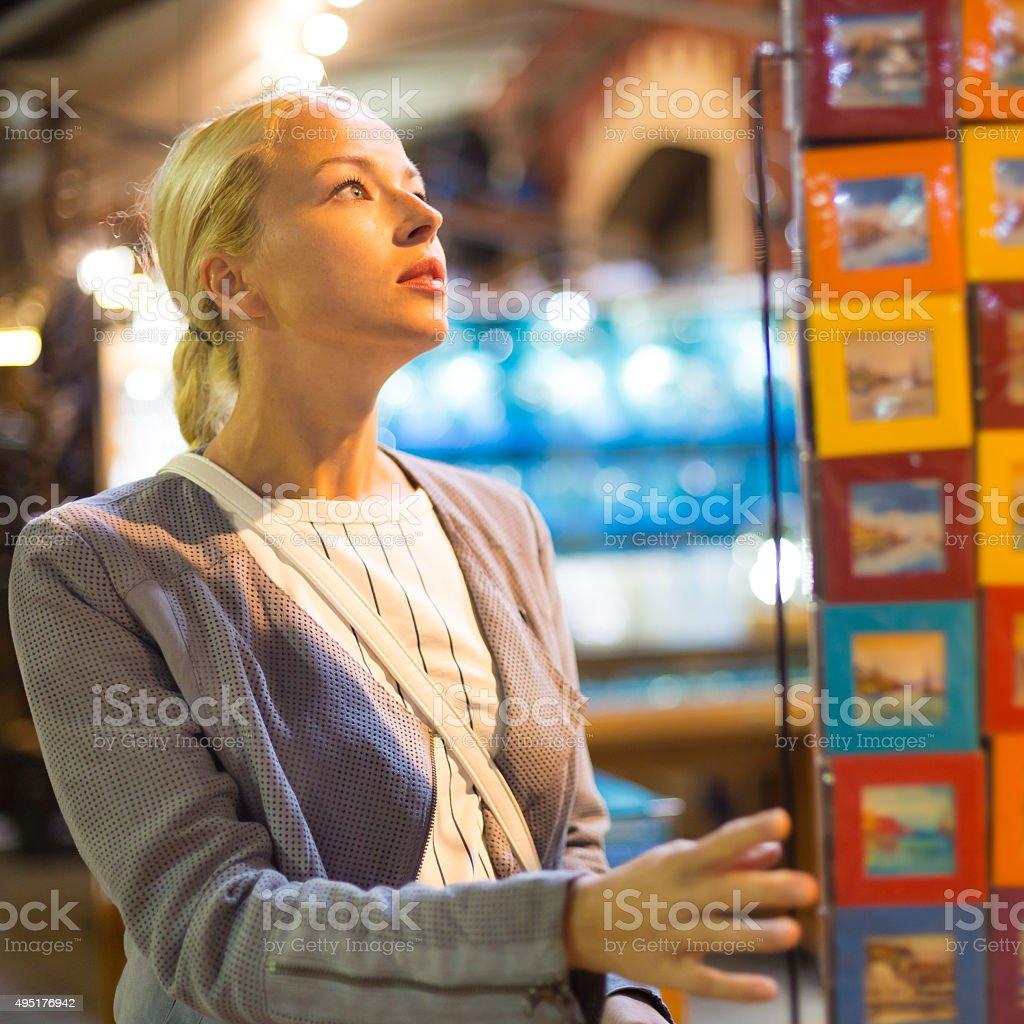 Lässig Blonde Frau shopping für Urlaubs-souvenirs. Lizenzfreies stock-foto