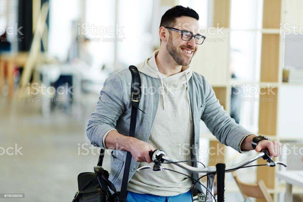 Jeune homme daffaires avec les problèmes et le stress au bureau