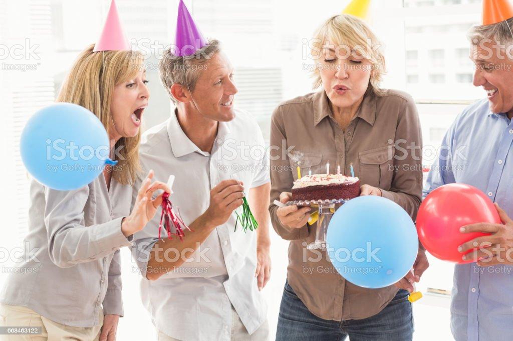 Casual Business Leute feiern Geburtstag – Foto