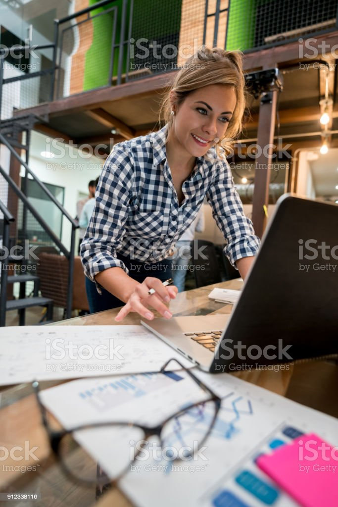 Casual Business-Frau online in einem Coworking Space arbeiten – Foto