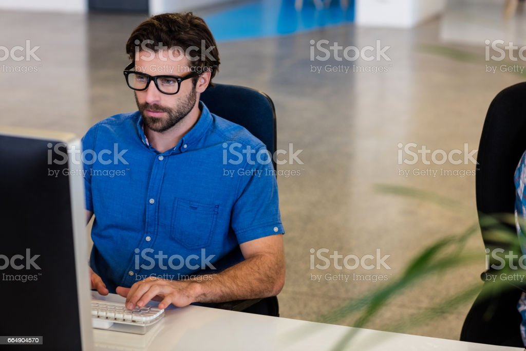 Casual businessman working on computer foto stock royalty-free