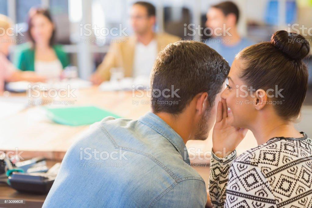 Femme d'affaires décontractée whispering secret à son collègue - Photo