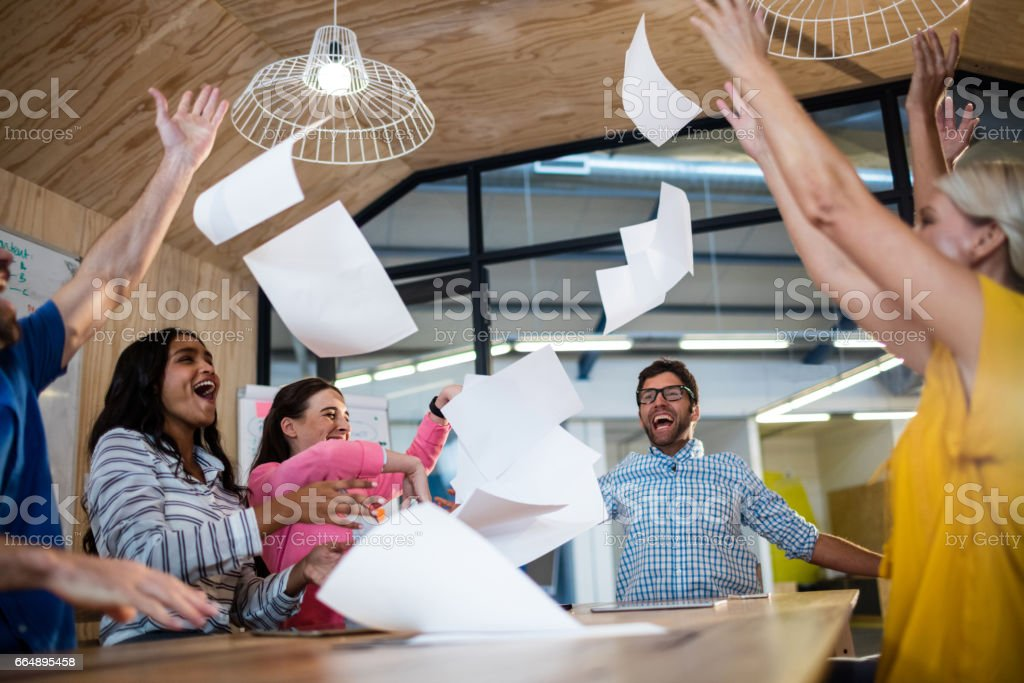 Casual colleagues throwing paper foto stock royalty-free