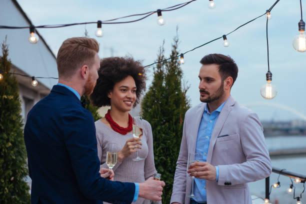 ungezwungenen gespräch auf einen perfekten abend - paletten terrasse stock-fotos und bilder