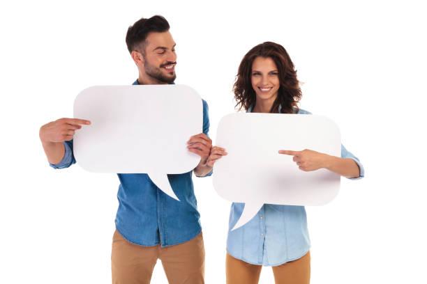 lässige paar sprechblasen zeigen zueinander halten - damen shirts online stock-fotos und bilder