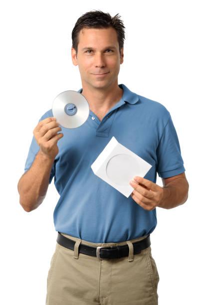 robe décontractée homme d'affaires tenant cd et dvd blu-ray - blu ray disc photos et images de collection