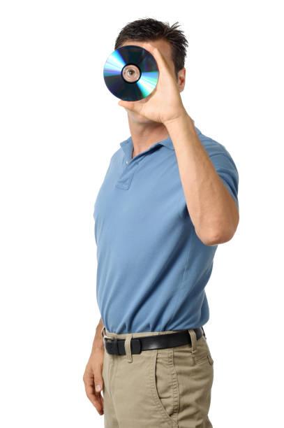 robe décontractée homme d'affaires à la recherche par le biais de cd et dvd blu-ray - blu ray disc photos et images de collection