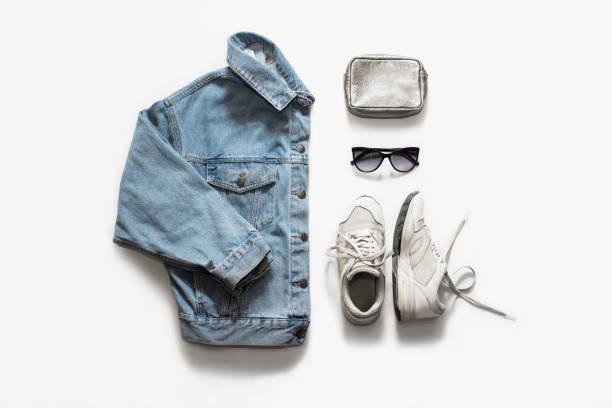 roupas de moda casual e acessório em fundo branco. jaqueta jeans, tênis, óculos de sol, saco. vista plana leiga, top. - blusa roupa - fotografias e filmes do acervo
