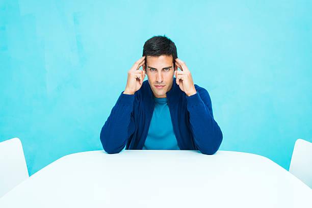legerer mann konzentriert - gedanken lesen stock-fotos und bilder