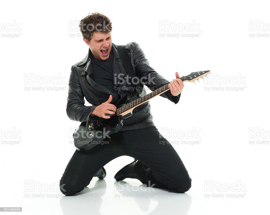 Legärer Mann spielt Gitarre Lizenzfreies stock-foto