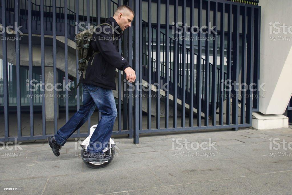 Homme Casual à cheval sur le monocycle électronique une roue dans la ville. - Photo