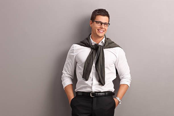 legärer mann mit seinem pullover auf den schultern gebunden - schmale schulter stock-fotos und bilder