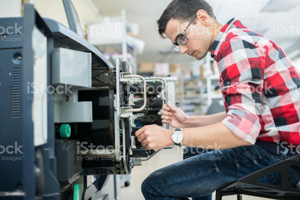 Legerer Mann arbeiten mit Druckmaschine – Foto
