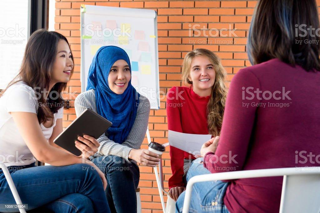 Lässige multiethnischen Frauentreffen für Soziales Projekt – Foto