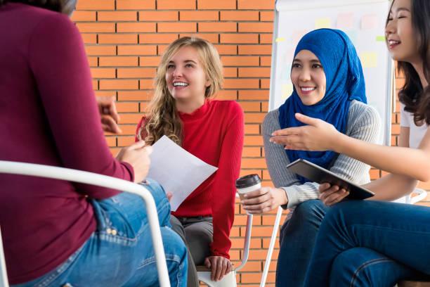 カジュアルな多民族女性の社会的なプロジェクトのための会議 - religion culture ストックフォトと画像