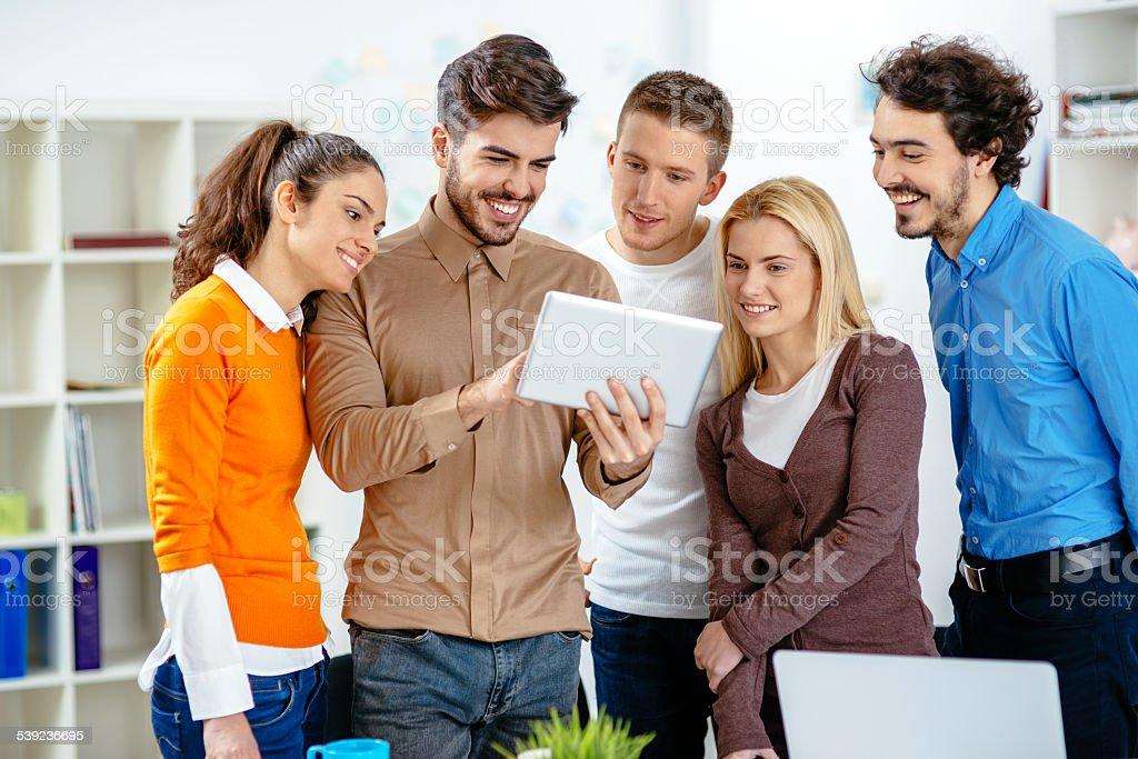 Informal las personas que trabajan en la oficina foto de stock libre de derechos