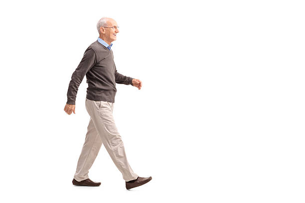 Casual homme âgé marche et souriant - Photo