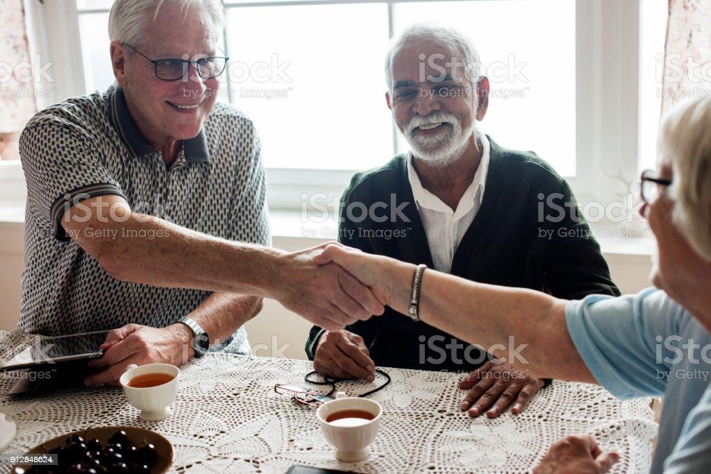 Casual seniors shaking hands foto stock royalty-free