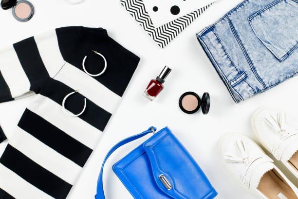 Casual-Style Frau Kleidung und Mode Accessoires flach lag. Trendige Muster und Drucke Konzept. – Foto