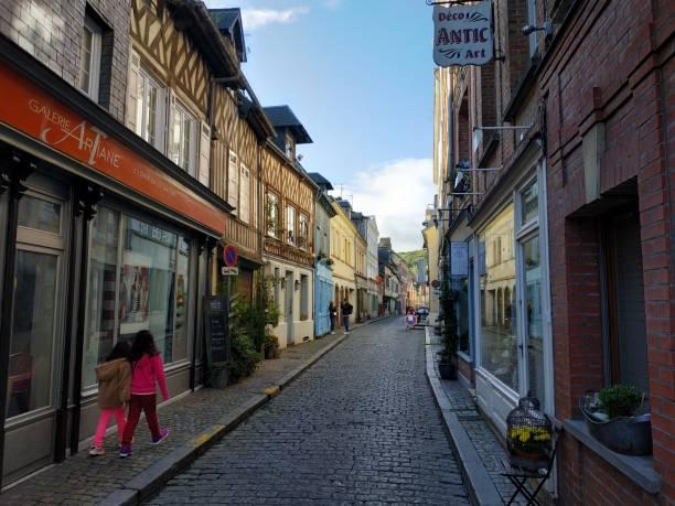 lässiger Blick auf die Stadtgebäude und das Straßenleben bei sonnigem Wetter – Foto