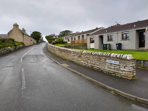 Lässiger Blick auf das Dorf St. Margaret Hope in Schottland, Großbritannien bei bewölktem Wetter – Foto
