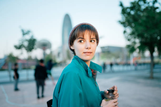 Lässige Frau am Glories-Platz in Barcelona – Foto
