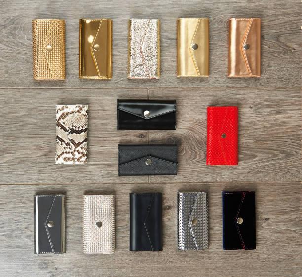 木製の表面のカジュアルな女性の財布 - 財布 ストックフォトと画像