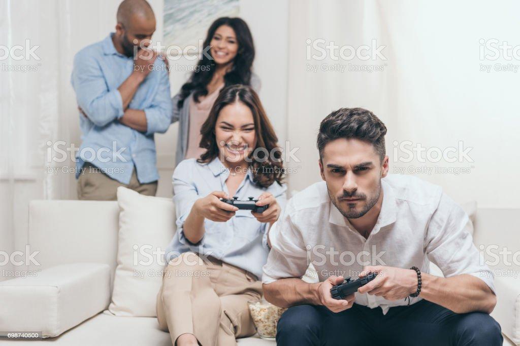 Fotografia De Amigos Jovenes Casuales Juegos De Video En Casa Y Mas