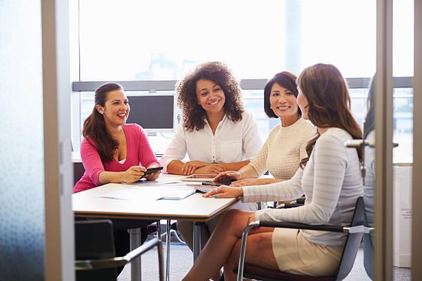 vestido de mujer informal de colegas hablando en la sala de reuniones - sólo mujeres fotografías e imágenes de stock