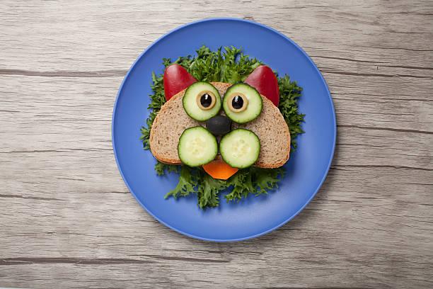 cat made of bread and vegetables - katzengeschirr stock-fotos und bilder