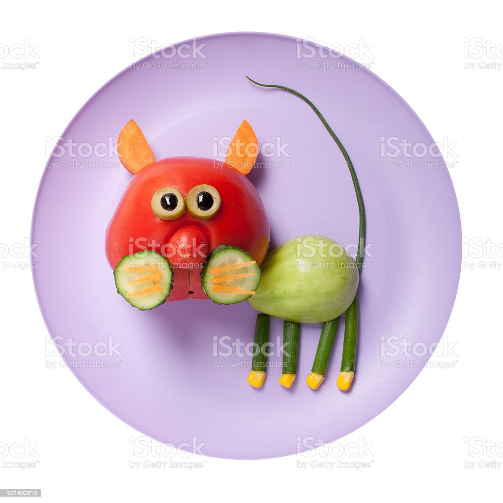 Cat made of red and green tomato on plate foto stock royalty-free