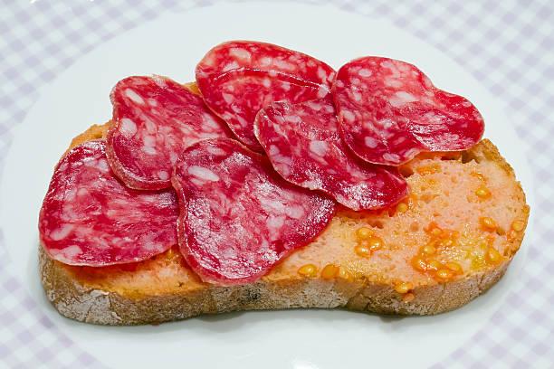 tomate tipo catalana rubbed, de azote de estilo rural. - fuet sausages fotografías e imágenes de stock
