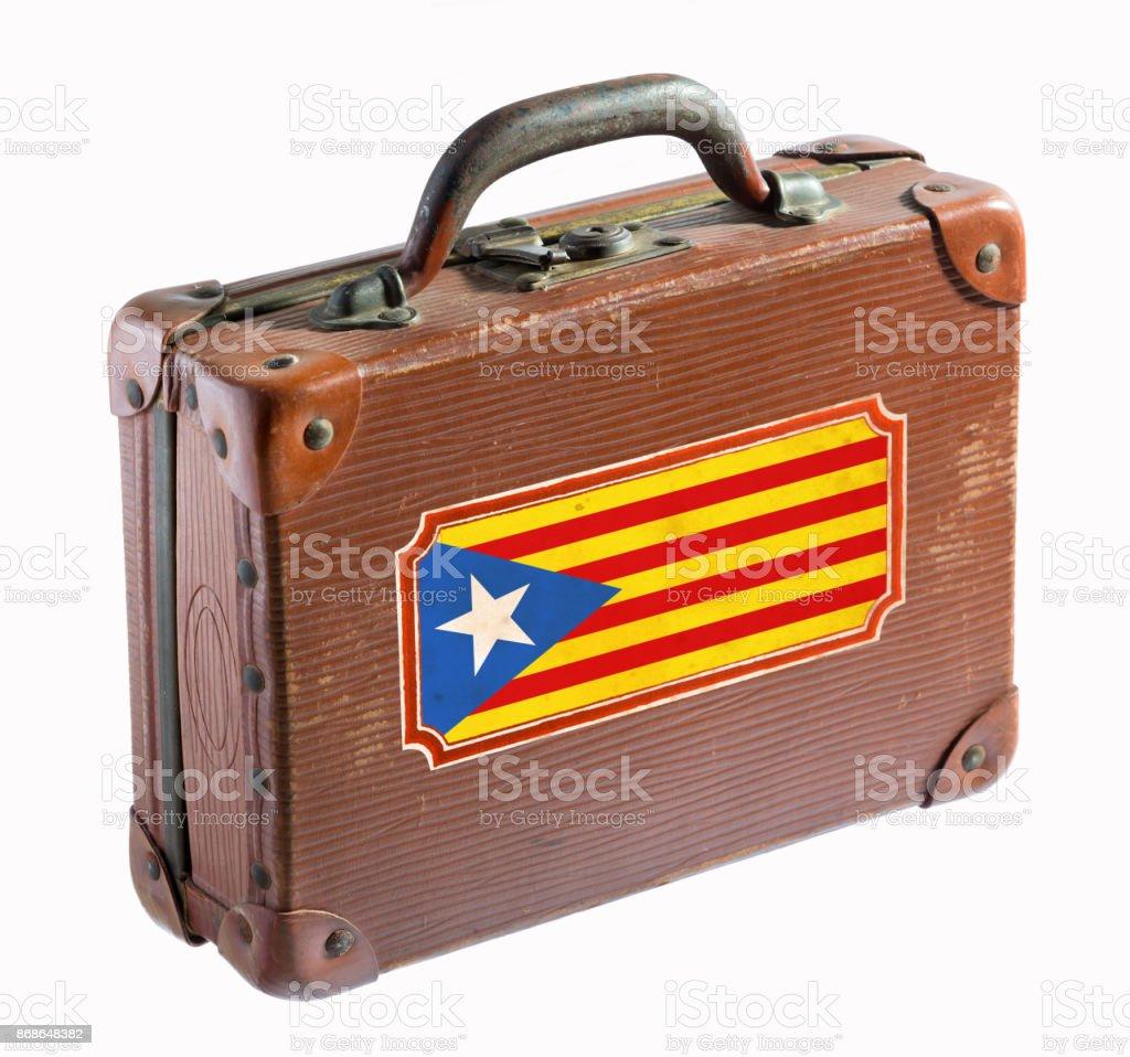Bandeira da Catalunha na mala de couro antigo isolada no branco - foto de acervo