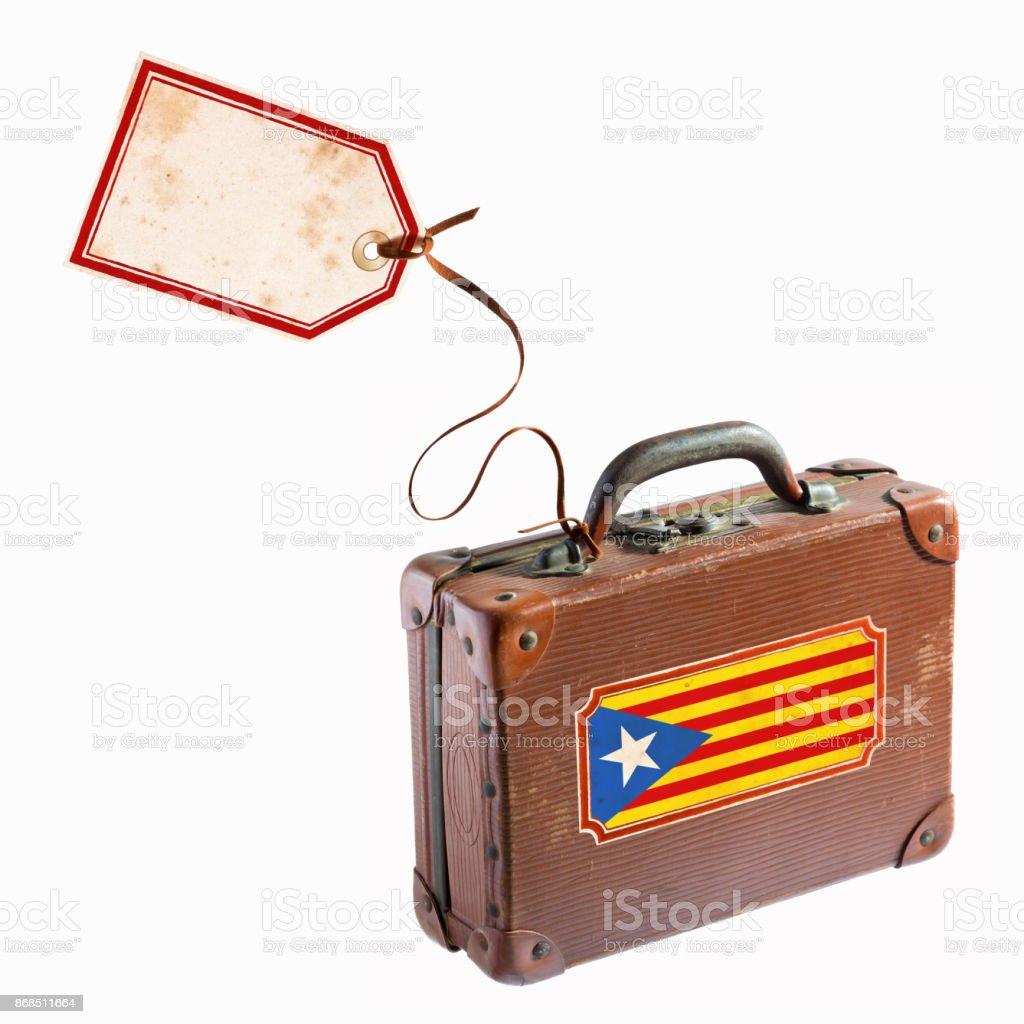 Bandeira da Catalunha na mala de couro antigo com bagagem tag e etiqueta - foto de acervo