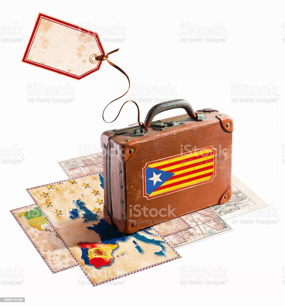 Bandeira da Catalunha na mala antiga com mapa da Espanha - foto de acervo