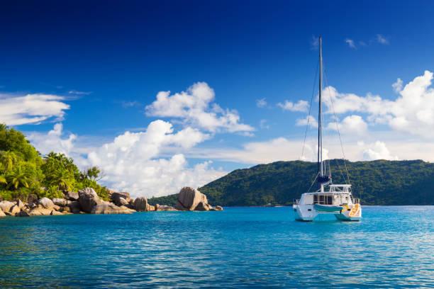 katamaran nära stranden av seychellerna - katamaran bildbanksfoton och bilder