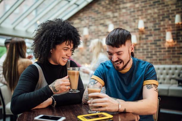 informieren sie sich kaffee - freundin tattoos stock-fotos und bilder
