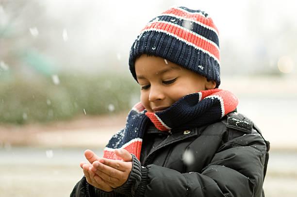 fangen schnee - schneespiele stock-fotos und bilder