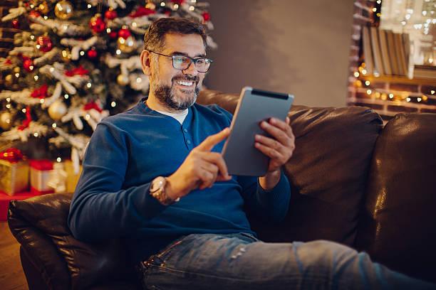gehen sie online. - weihnachtsprogramm stock-fotos und bilder
