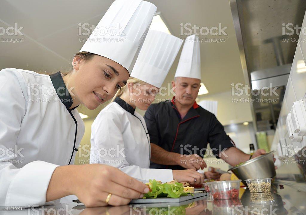 Servicio De Catering Y El Chef Trabajando En La Cocina - Fotografía ...