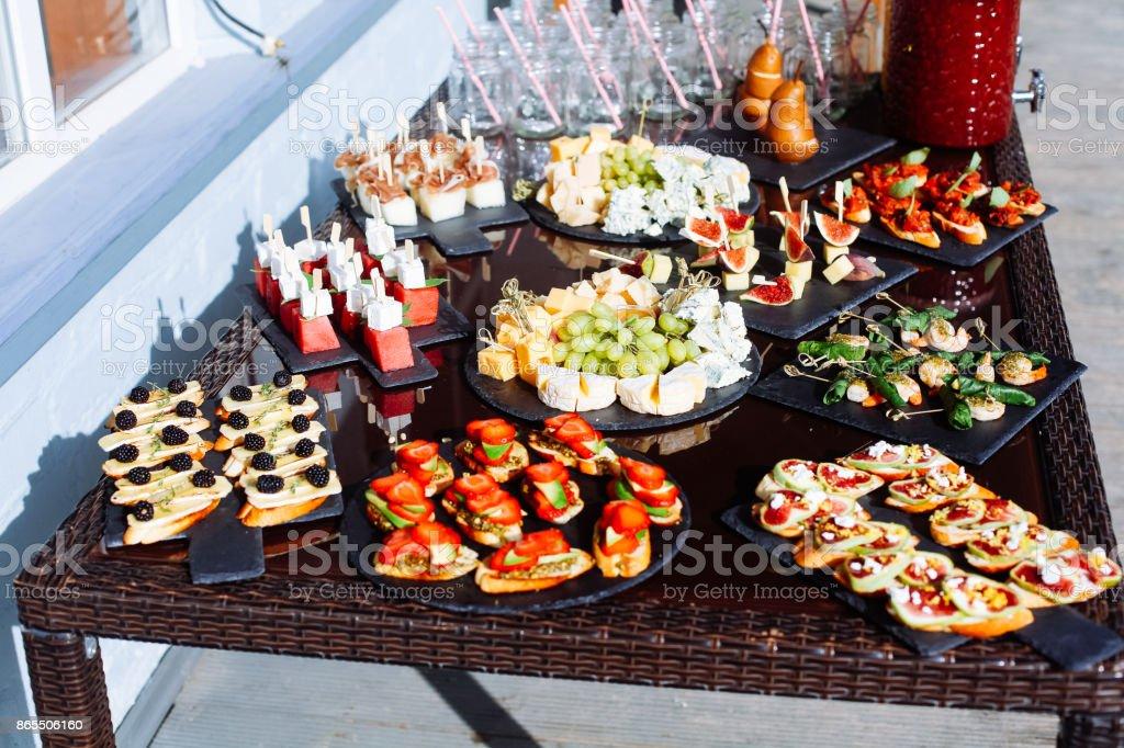 Catering Banketttisch mit verschiedenen Food-Snacks und Häppchen – Foto