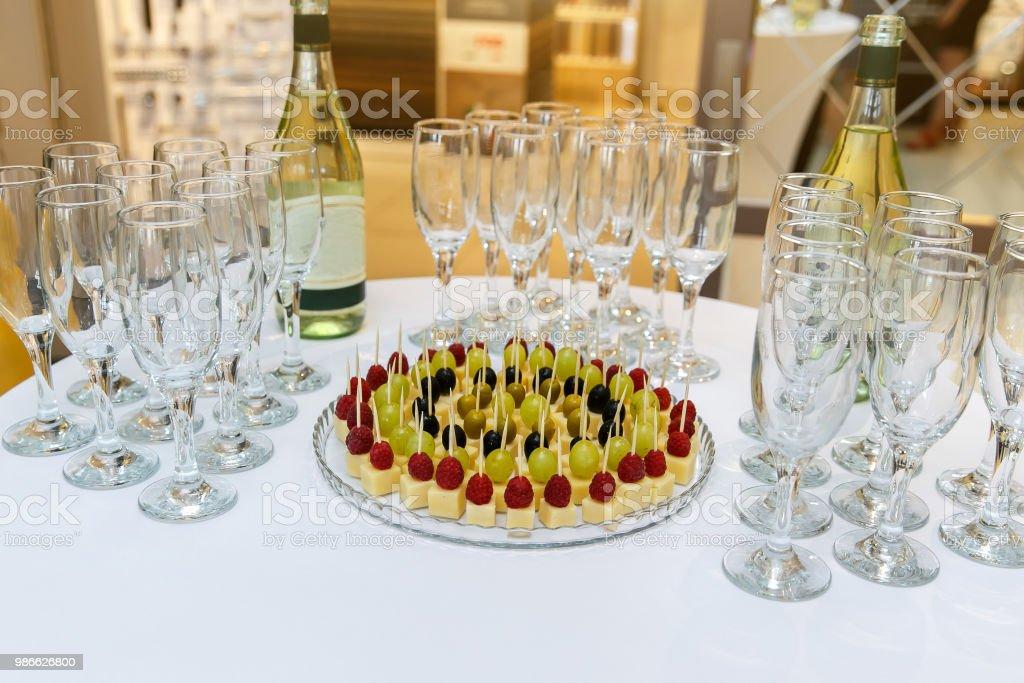 Catering Banketttisch mit Platte aus Kanapees und Gläser – Foto