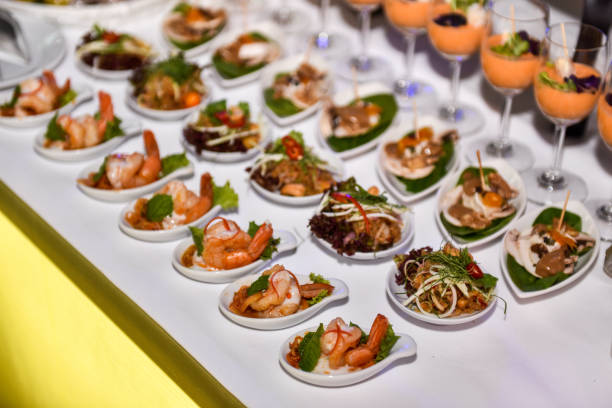catering voor de partij. verscheidenheid aan hapjes op het evenement catering. ondiepe focus - tasting stockfoto's en -beelden