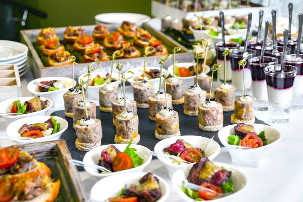 catering-service-konzept: verschiedene snacks bei einem business event, hotel, geburtstag oder hochzeitsfeier serviert - nahrungsmittelindustrie stock-fotos und bilder