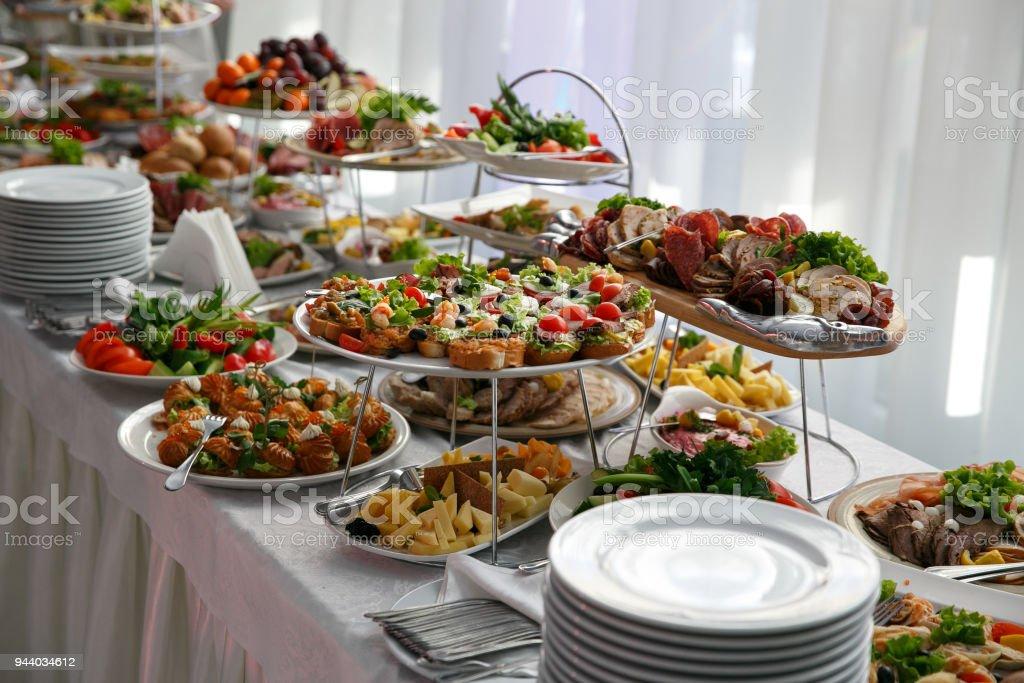 Catering-Service. Tisch im Restaurant mit Essen im Ereignis. – Foto
